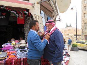 Loek koopt een Jordaanse hoofddoek