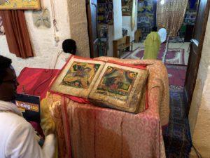 Boek in oude kerk (Mannenkerk) van St. Mary of Zion