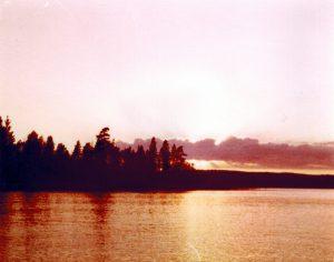 Zonsondergang over ons meer in Zweden